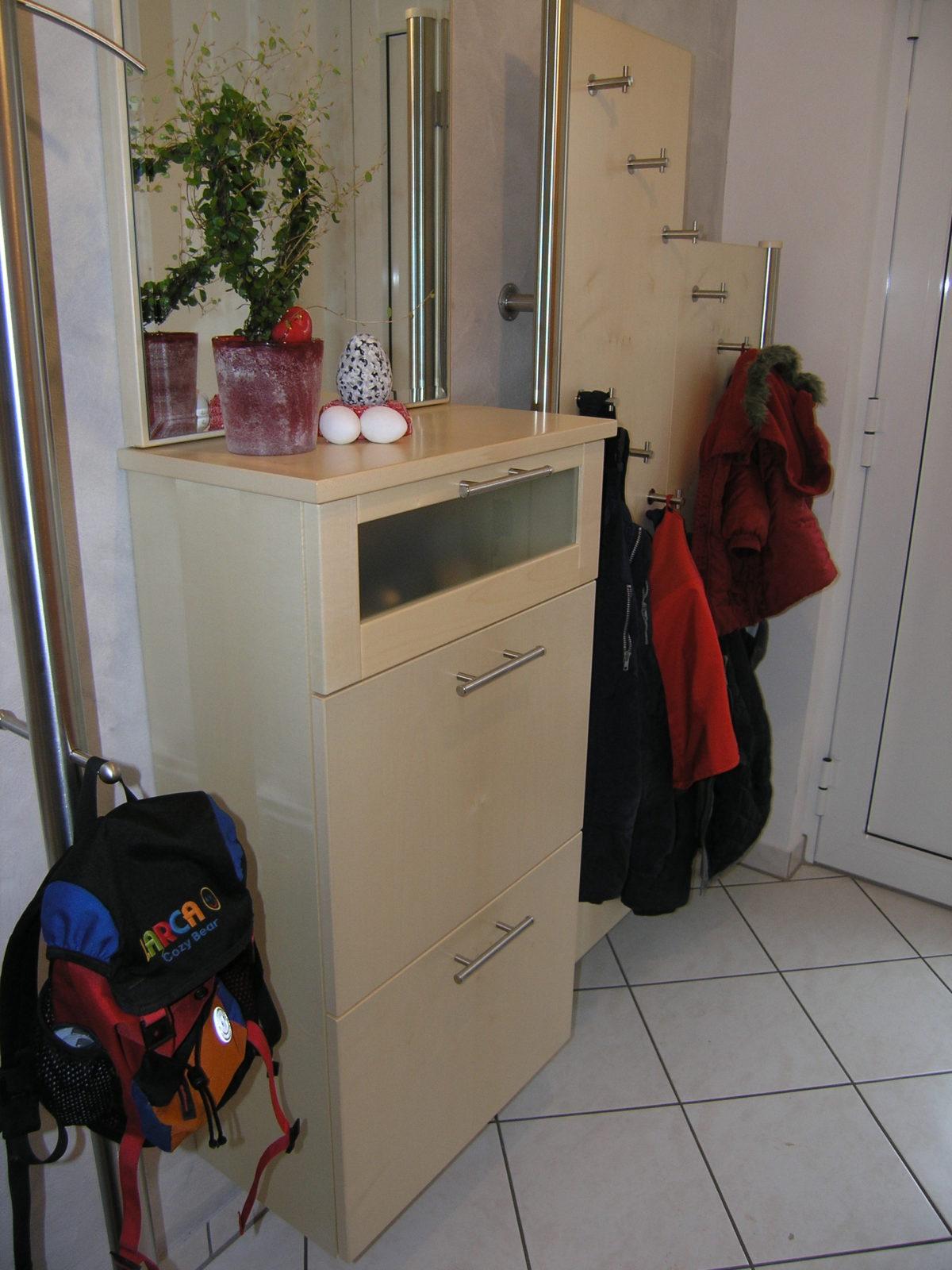 Garderobenmöbel mit Edelstahl