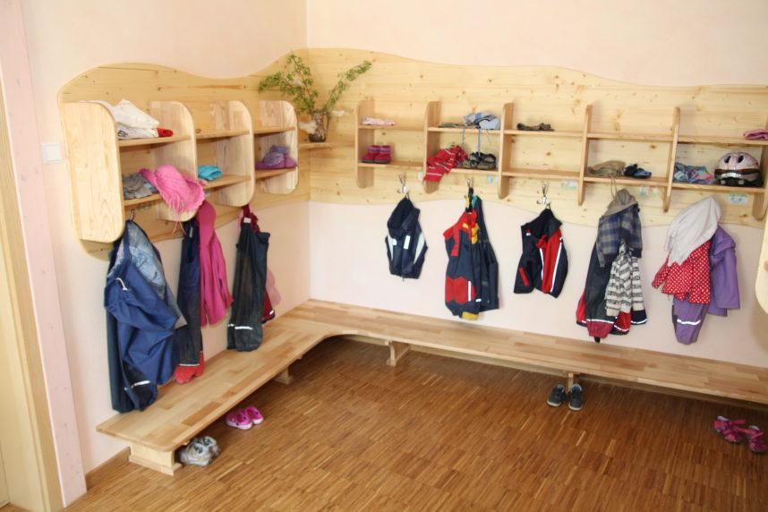 kindergarderobe f r waldorf kindertagesst tte von. Black Bedroom Furniture Sets. Home Design Ideas