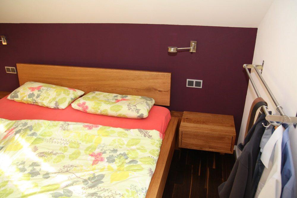 Balkenbett aus Wildeiche mit passenden Nachtkästchen