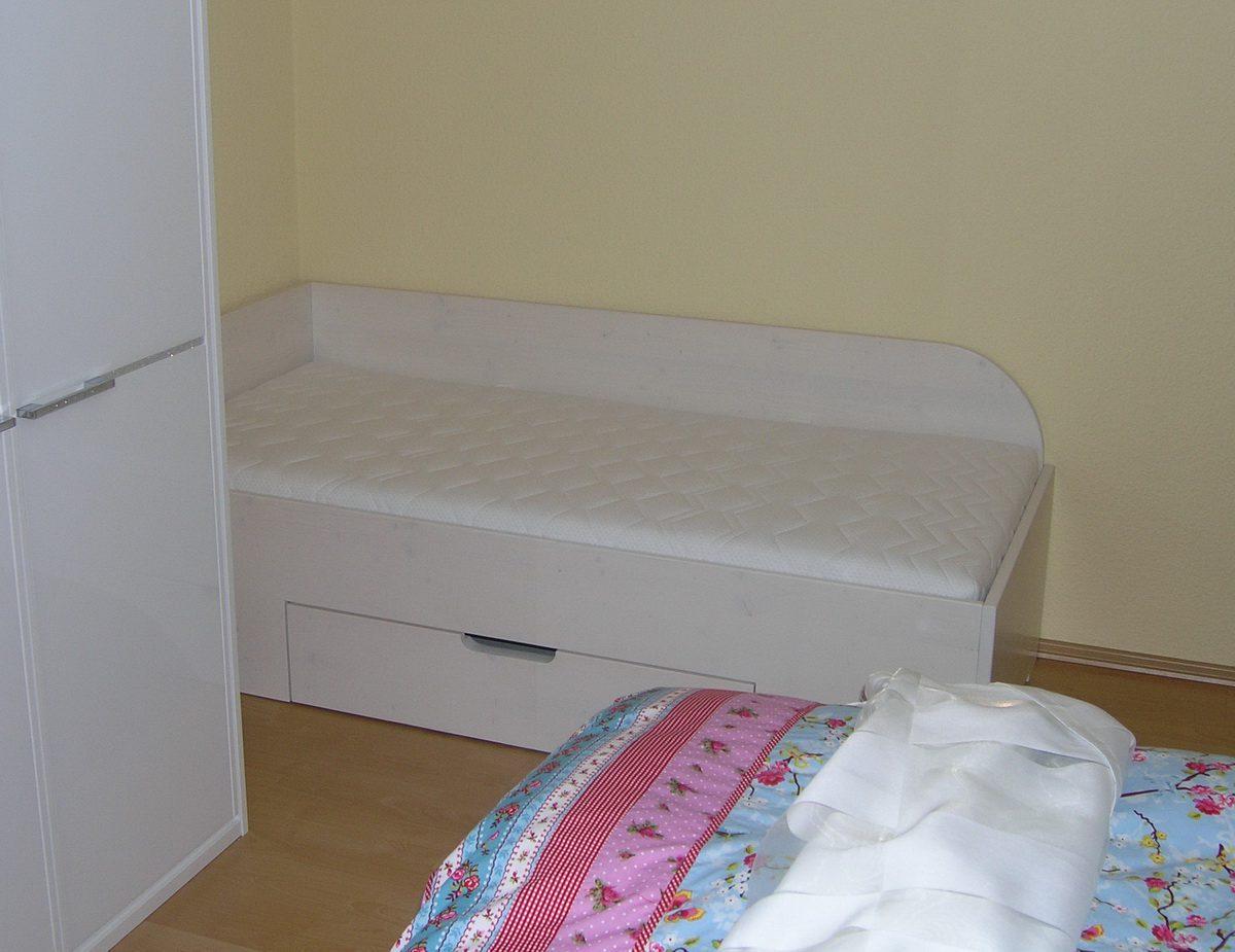 Besucherbett fürs Enkelkind im Schlafzimmer der Großeltern im Ferienhaus
