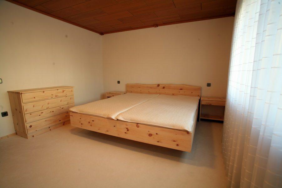 Bett, Nachtkonsolen und Kommode aus Zirbe