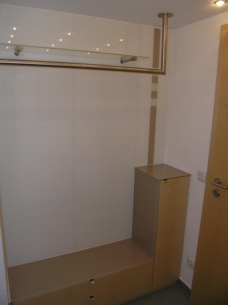 moderne Garderobe aus Ahornholz mit lackiertem Glas und Edelstahl Kleiderstange auf engstem Raum