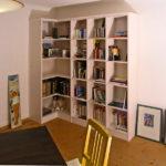 Bücherregal über Eck