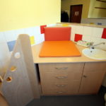 Wickeltisch mit Treppe und Waschbecken