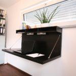 ausklappbarer, platzsparender Schreibtisch fürs Homeoffice