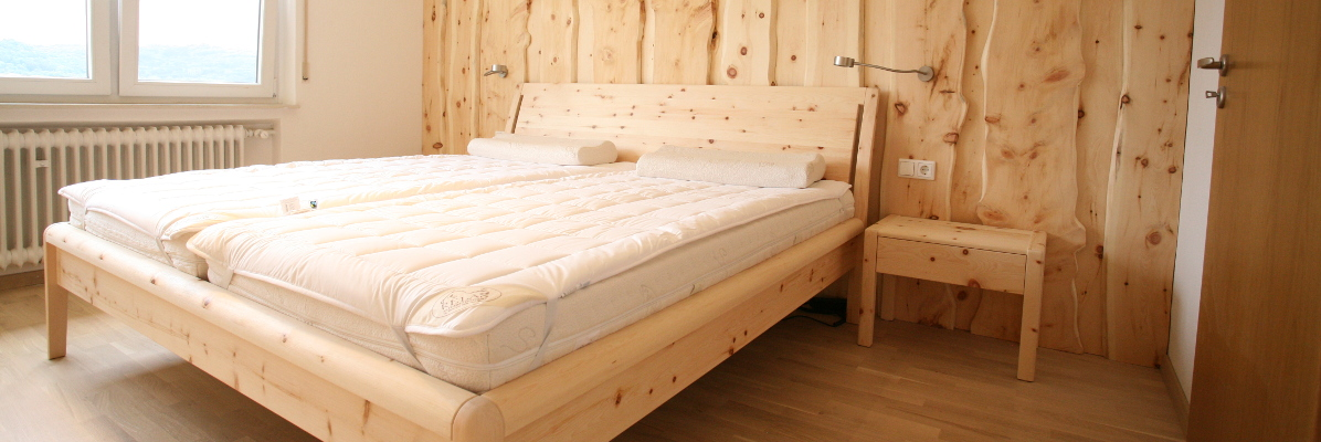 Zirbenschlafzimmer mit Zirbenwand