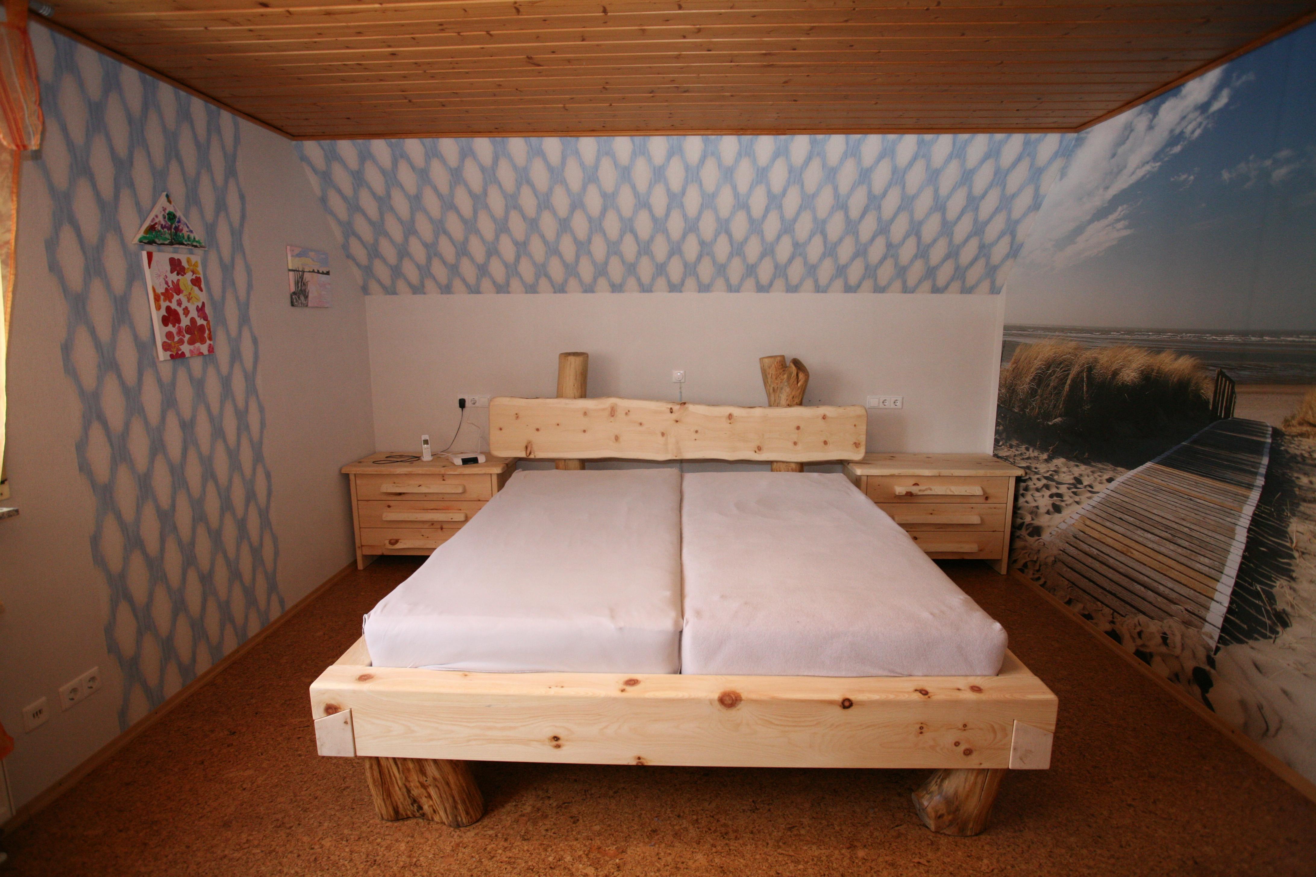 Einzigartiges Balkenbett Aus Zirbebalken Und Rundholz