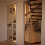edle Schiebetüren vor dem Treppenhaus aus Glas